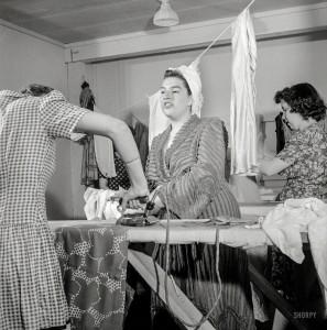 Doing Laundry, 1941. Foto von Esther Bubley.