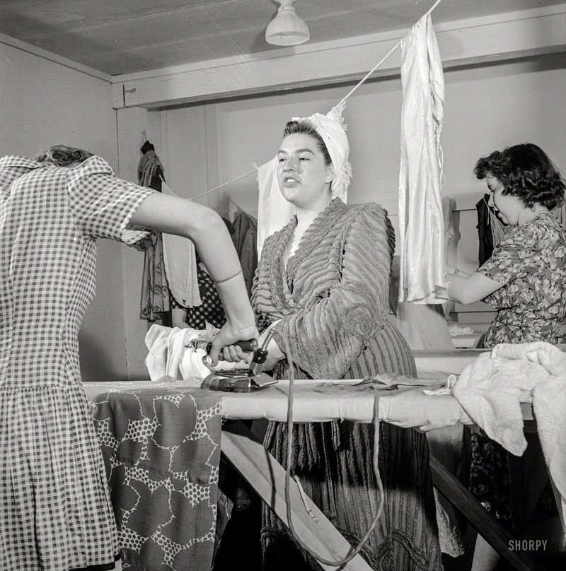 Doing Laundry, 1941. Foto von Esther Bubley.
