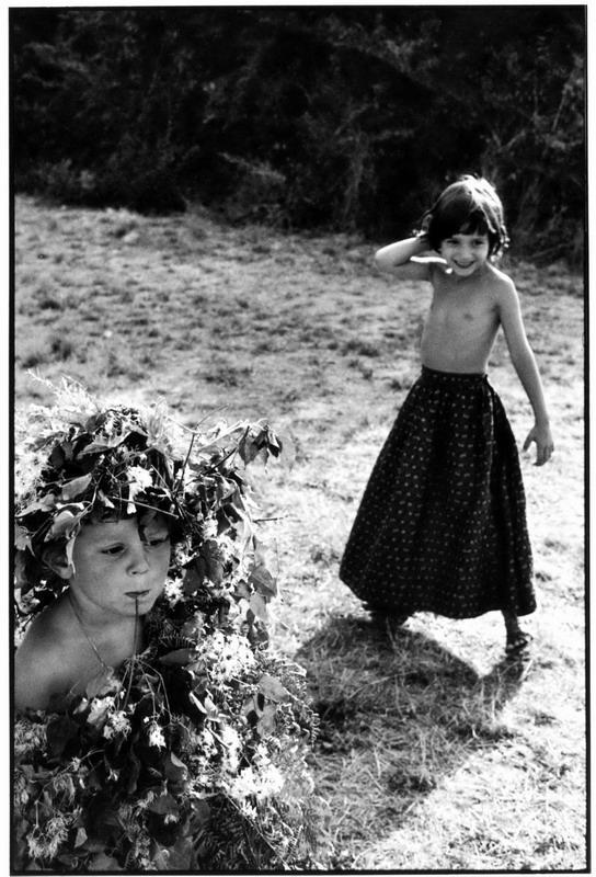 Children playing. © Martine Franck