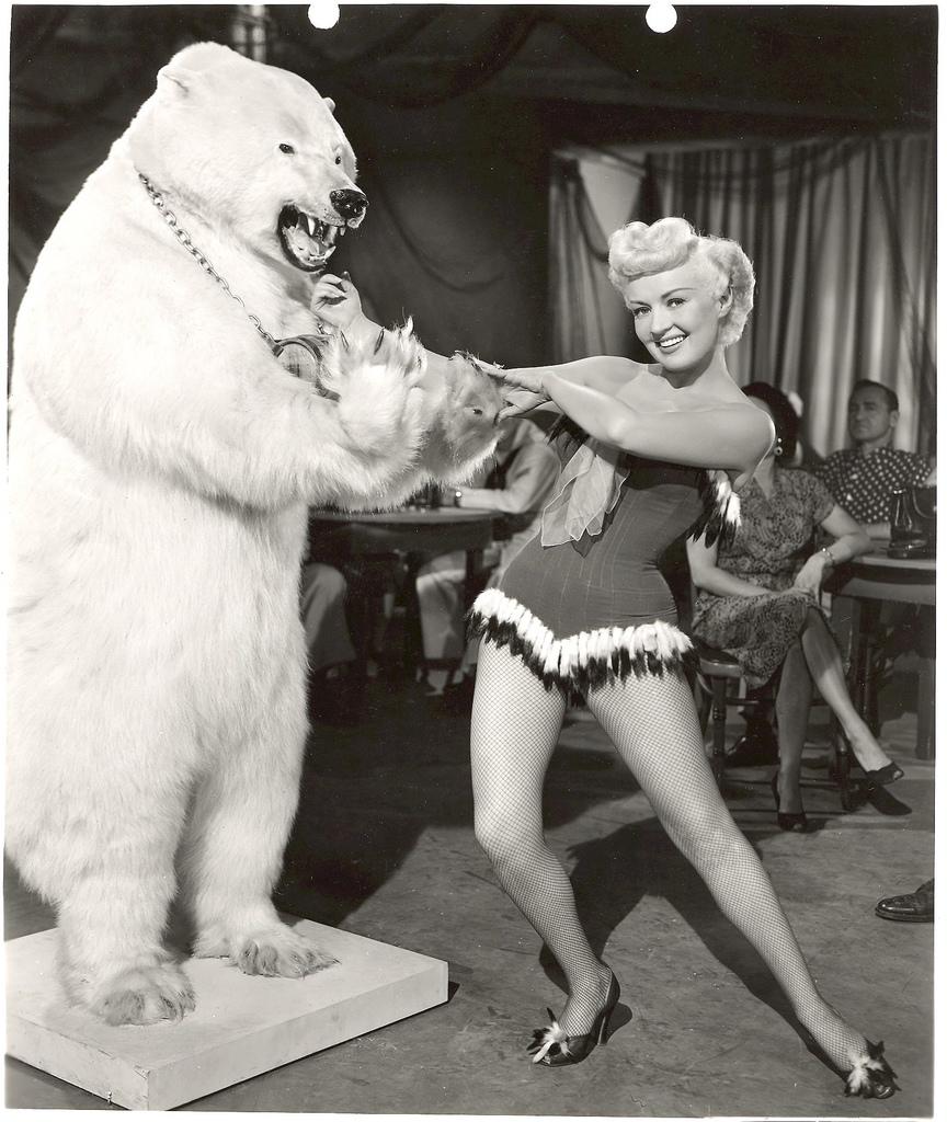 Betty Grable mit Eisbär