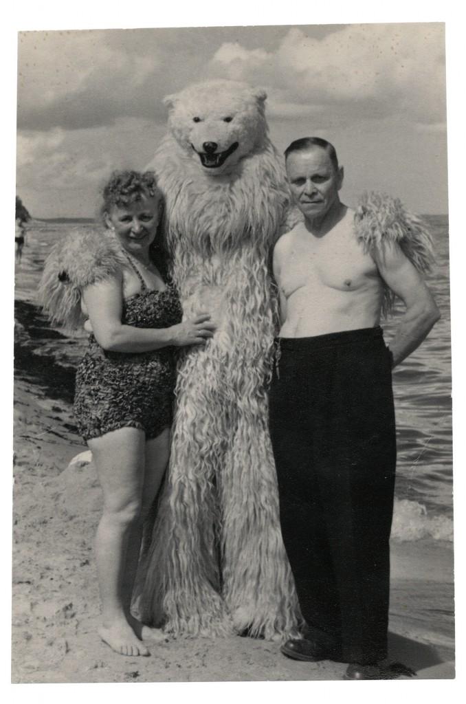 Die Sonne, der Strand, und... der Eisbär. | Foto: Jean-Marie Donat Collection